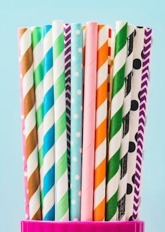 Бумажные соломинки в чашке крупным планом