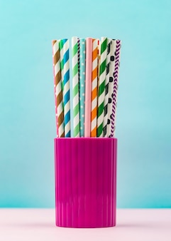 Бумажные соломинки в чашке, вид спереди