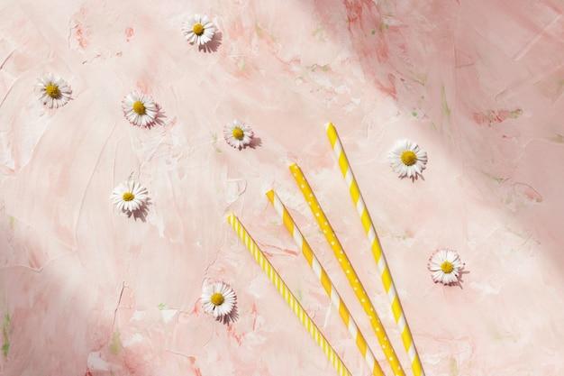 파스텔 핑크 여름 배경에 종이 빨대