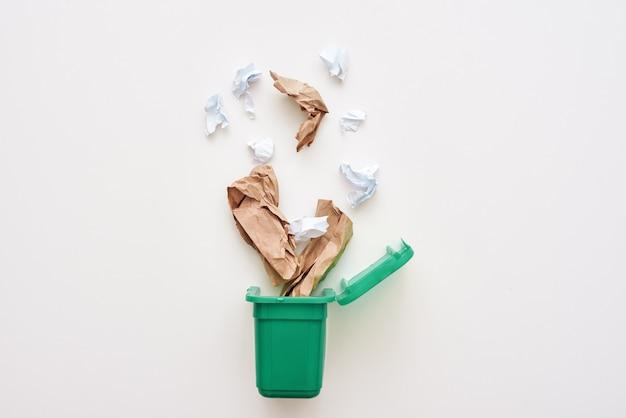 ごみ箱に落ちる紙ごみくしゃくしゃの紙