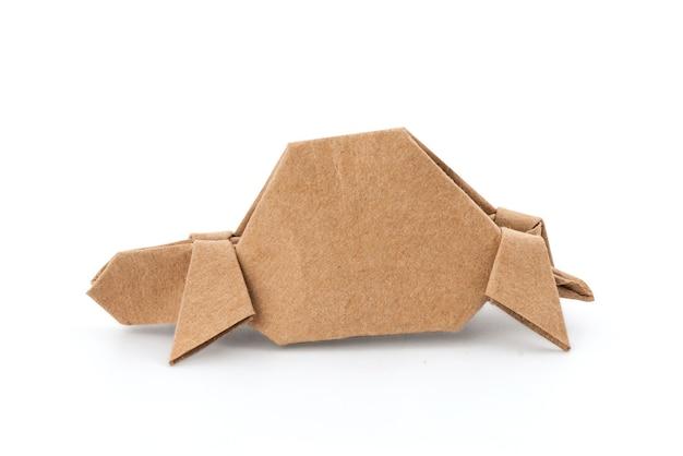 クリッピングパスで白い表面に分離された古い紙から折りたたまれた紙カメ。