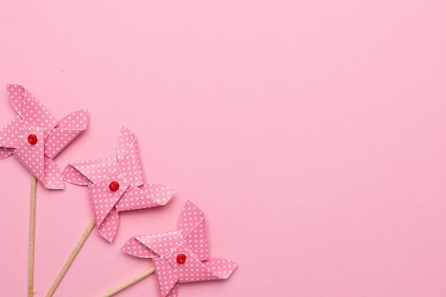 분홍색 배경에 종이 풍차 바람개비