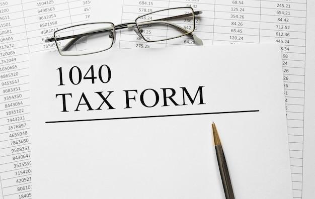 テーブルに1040納税フォームが記載された紙