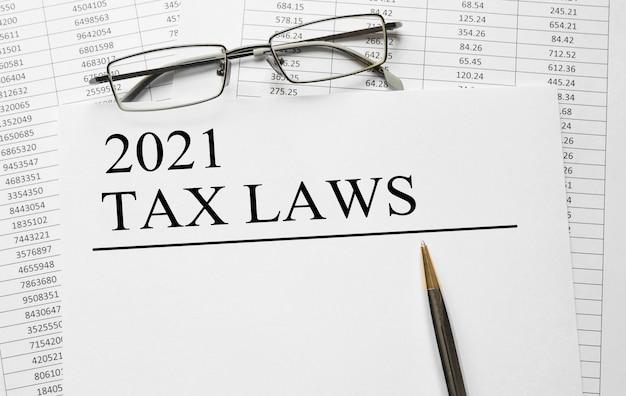 テーブルに2021年の税法が記載された紙