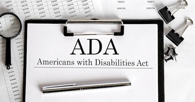 障害を持つアメリカ人法adaをテーブルに載せた紙