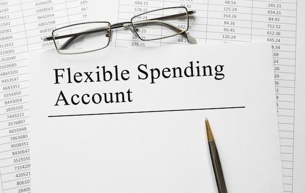 Бумага с гибким счетом расходов на столе
