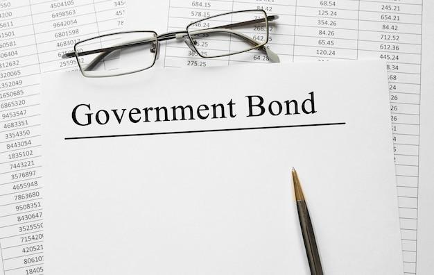 Бумага с государственными облигациями на столе