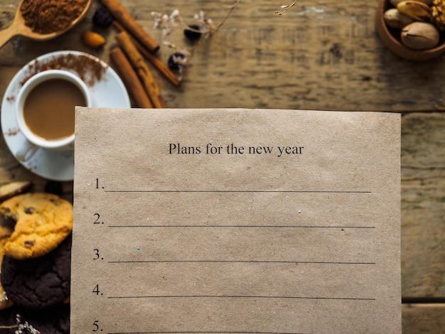 テーブルの上に新年の計画が書かれた紙