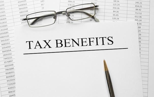 Бумага с налоговыми льготами на столе