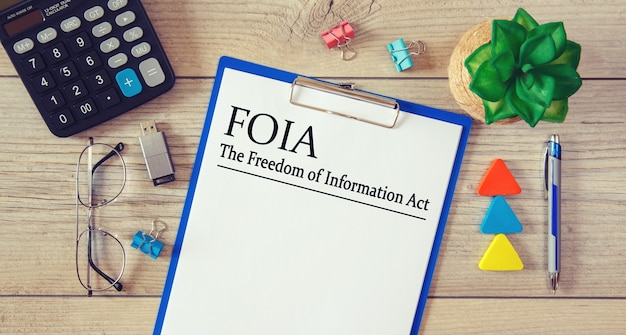 테이블, 계산기 및 안경에 정보 자유 법 foia가있는 종이