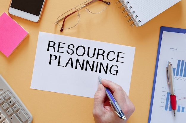 문구 중 사무실 테이블에 resource planning이라는 텍스트가있는 종이