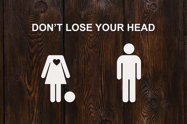 テキスト付きの紙の女性と男性あなたの頭を失うな