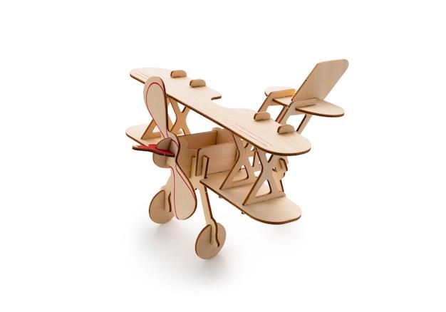 격리 된 흰 바탕에 종이 나무 비행기 장난감 프리미엄 사진
