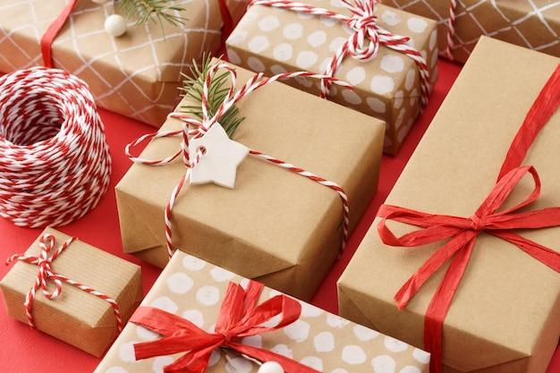 빨간 리본 및 꼬기 장식 종이 포장 된 선물 상자
