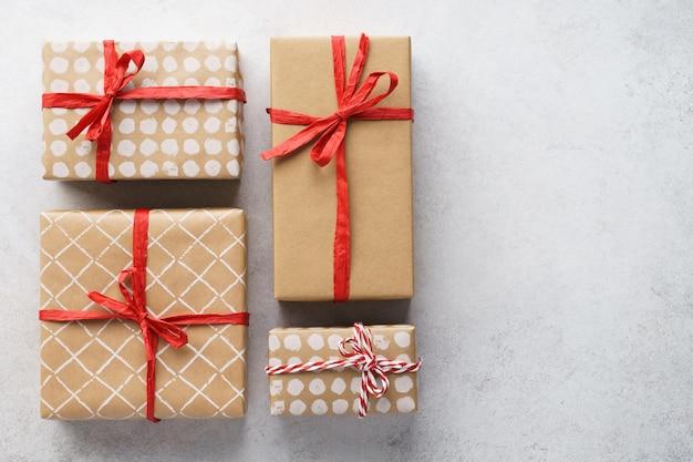 빨간 리본으로 장식 된 종이 포장 된 선물 상자