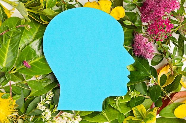 緑の葉と花とペーパーカットの頭