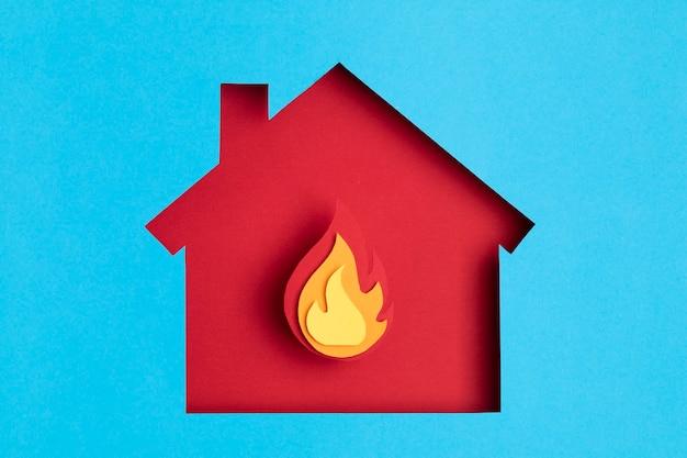 燃え尽き症候群、心理学、ストレス、精神疾患の概念の中に火のあるペーパーカットの家