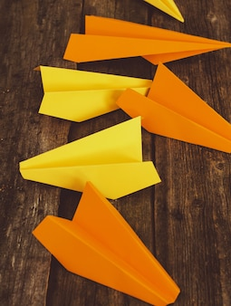 Бумаги самолет на деревянный стол. концепция путешествия