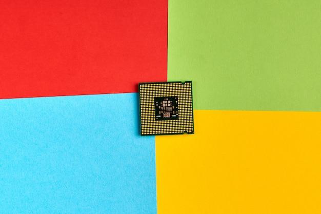 유명한 컴퓨터 회사, 소프트웨어 제조업체 로고의 색상으로 된 종이. 높은 cpu 사용량. 빨강, 초록, 파랑, 노랑 종이 색상. 기업 로고 개념입니다. 추상적인 배경입니다.