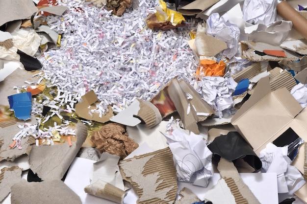 リサイクルする容器の中の紙