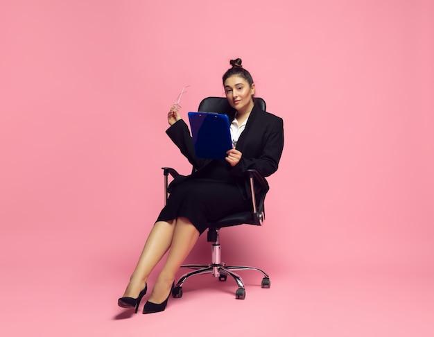 事務処理。オフィスの服装の若い女性。ボディポジティブな女性キャラクター、フェミニズム、自分を愛すること、美しさの概念。プラスサイズの実業家、エレガントな先生、美しい女の子。インクルージョン、ダイバーシティ。