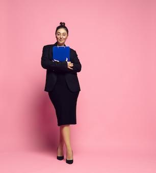 서류. 사무실 복장에 젊은 여자. bodypositive 여성 캐릭터, 페미니즘, 자신을 사랑하는 것, 아름다움 개념. 플러스 사이즈 사업가, 우아한 선생님, 아름다운 소녀. 포용성, 다양성.