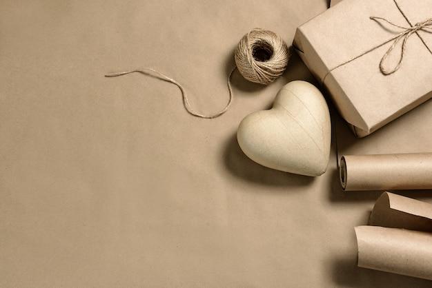 Papier-mache 심장 및 복사 공간이있는 공예 포장. 선물 장식.
