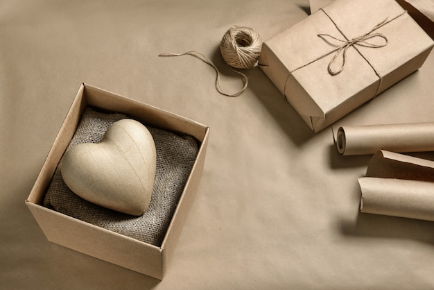골 판지 상자에 종이 종이 심장. 발렌타인 데이를위한 공예 선물 만들기.