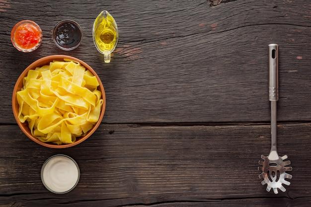 サーモンのパッパルデッレパスタ。イタリアの伝統的な料理。木製のテーブルに準備ができて料理