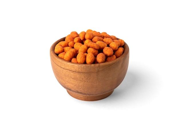 Арахис жареный паприкой изолированный на белой предпосылке. вкусная закуска из арахиса.