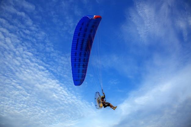 パラモーターは美しい空を飛んでいます。