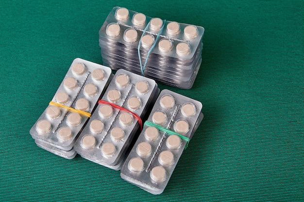 Парацетамол, также известный как ацетаминофен и apap или usan, в блистерной упаковке из фольги.