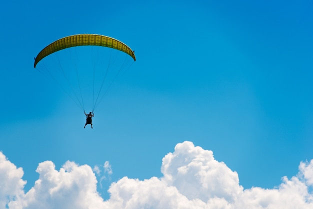 Paracadute sopra il cielo blu