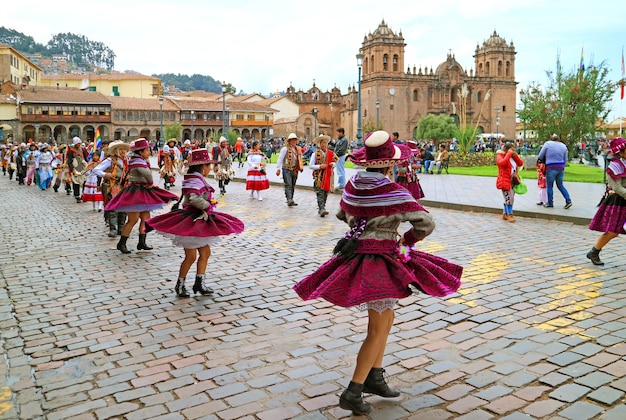 2018年5月6日にペルーのクスコのアルマス広場で開催された豪華な伝統的な衣装でのペルーのパレード