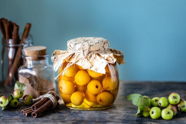 パラダイスアップルジャム。古い木製の背景に砂糖シロップの楽園リンゴ。秋の収穫を収穫します。コピースペース。