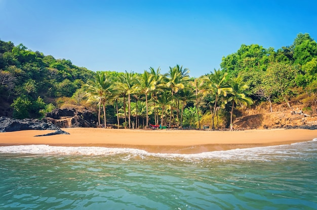 パラダイスビーチ、ゴカルナ、空のビーチときれいな砂の美しい海の景色