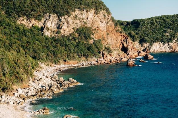 파라다이스는 몬테네그로 푸른 바닷물과 산의 바위 해변입니다.