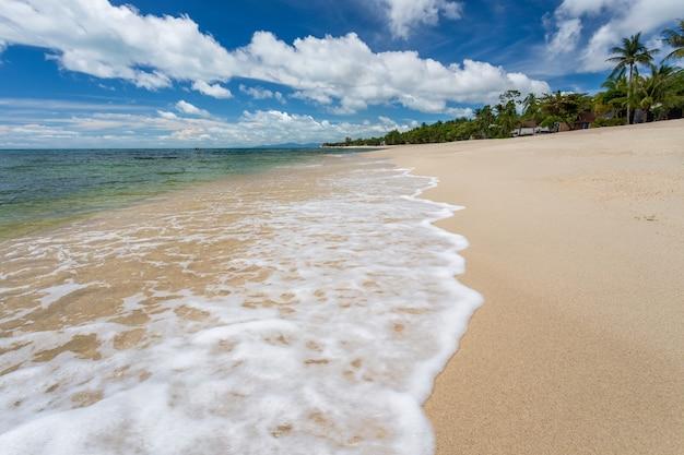 파라다이스 라 마이 비치, 코 사무이, 태국. covid가 관광객이 없었던 후 바다를 완전한 생태 복구로 만들었습니다.