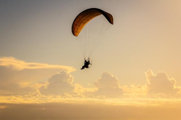 Параплан летать на фоне заката
