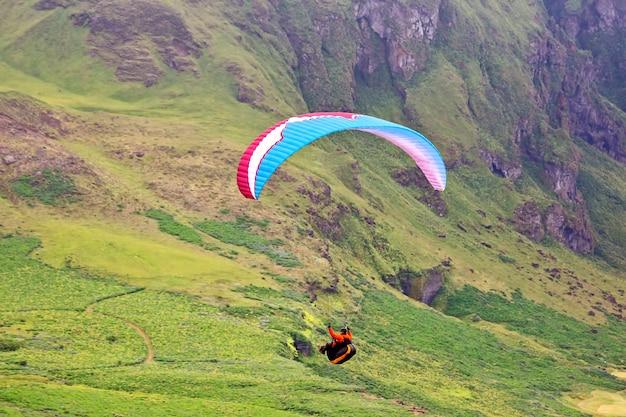 아이슬란드에서 비행하는 패러 글라이더. 멋진 여행을위한 자연과 장소