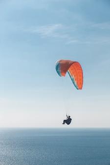 海の上を飛ぶパラグライダー