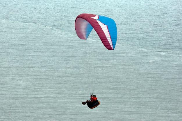 바다 위로 비행하는 패러 글라이더