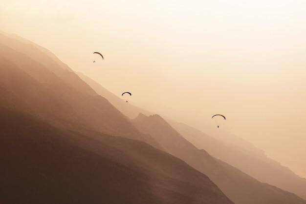 日没時のパラグライダー飛行