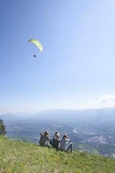フランス、アンのソルジアを出発するベルガルドシュルヴァルセリーヌ上空のパラグライダー飛行