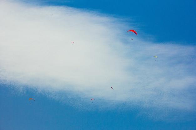 Полеты на параплане в солнечную погоду, популярный курорт и место для парапланеризма