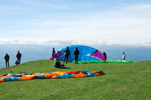 Полеты на параплане в горах, марке, италия.