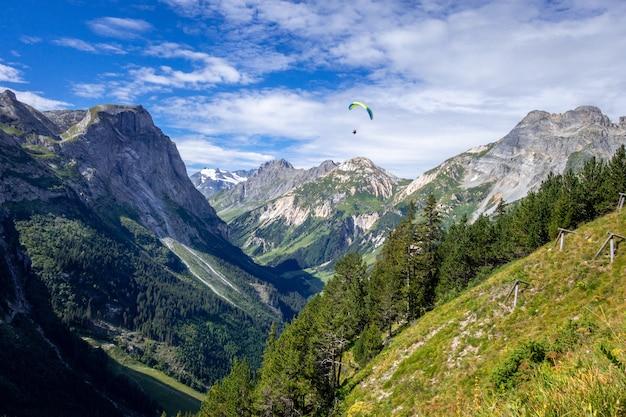 フランス、ヴァノワーズ国立公園のプラローニャン山脈をパラグライダー