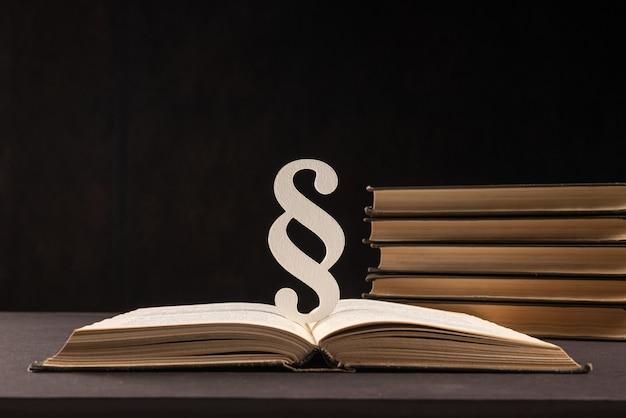 Знак абзаца и книги на черном фоне камня