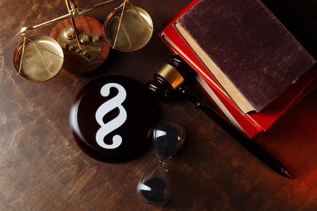 Символ абзаца и молоток судьи в нотариальной конторе