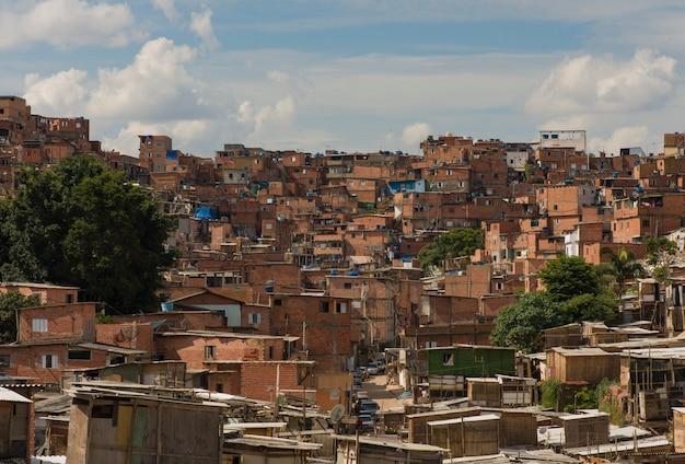 Paraisopolis는 브라질 상파울루의 가장 큰 빈민가입니다.